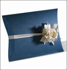 10 Kartonagen-Geschenkverpackung-Fausto-Busta-Kissen-dunkelblau-Leinenstruktur - Bild vergrößern